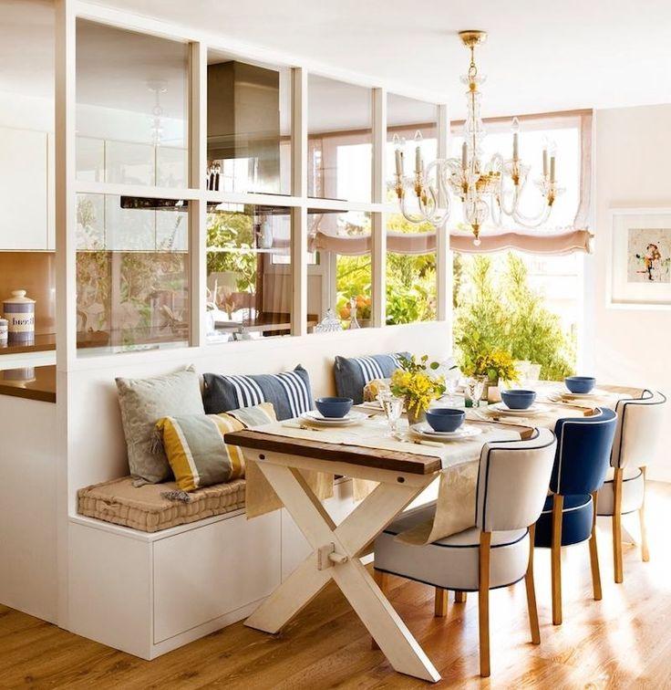verrière intérieur en bois peint blanc entre la cuisine et le coin-repas cottage chic
