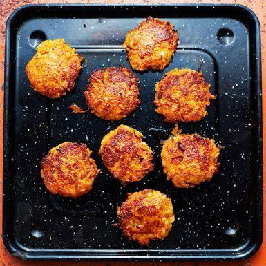 Saftiga och smakrika veggo-biffar baserade på morot och den härliga cypriotiska osten halloumi. En nypa chiliflakes ger morots- och halloumibiffarna hett sting. Stek dem i ugnen eller i en stekpanna – använd då gärna lite extra olja, så de blir riktigt frasiga.