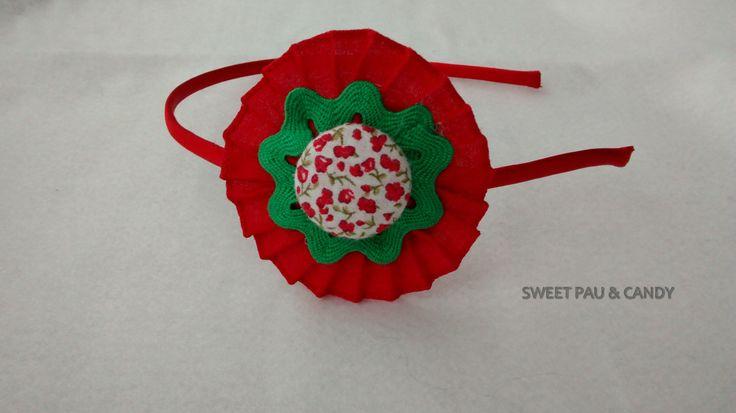 Diadema flor plisada con piquillo y botón de tela. Hecho a mano,diseño,handmade