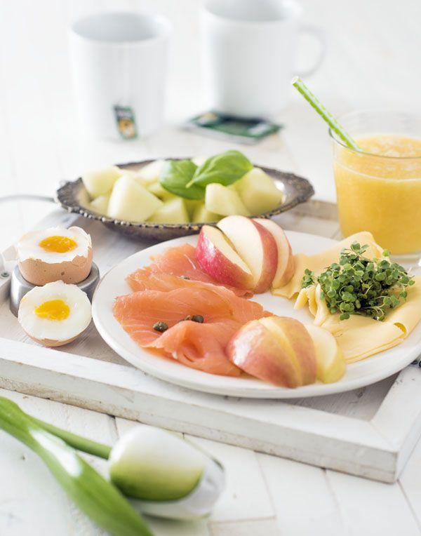Een gezond zondags ontbijtje, met gerookte zalm, fruit, een gekookt eitje en versgeperste jus d'orange. Verras iemand met een ontbijt op bed ...