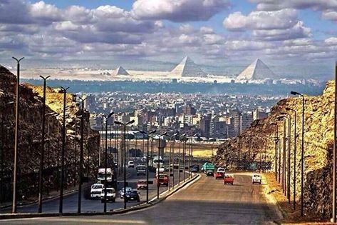 Las pirámides desde una calle de el Cairo