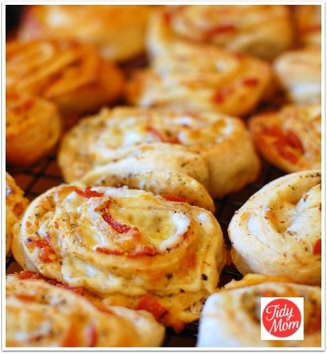 Pepperoni Pizza Rolls  We had something similar to this at the Kona Brewing Co in Hawaii.  If these turn out half as good as those, we'll be happy!Tomato Basil, Fun Recipe, Italian Seasons, Pizzarolls, Mail Sauces, Homemade Pizza Rolls, Tomatoes Basil, Pizza Night, Holiday Appetizers