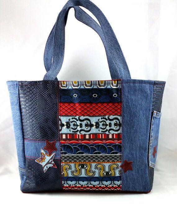 Grand sac cabas en jean recyclé, imprimé assorti K*nzo, et simili cuir effet peau de dragon du Komodo, avec appliqués de quelques étoiles assorties.