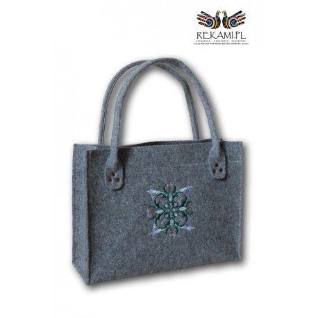 Zgrabna torba filcowa z ciekawym, zielono-szarym haftem.