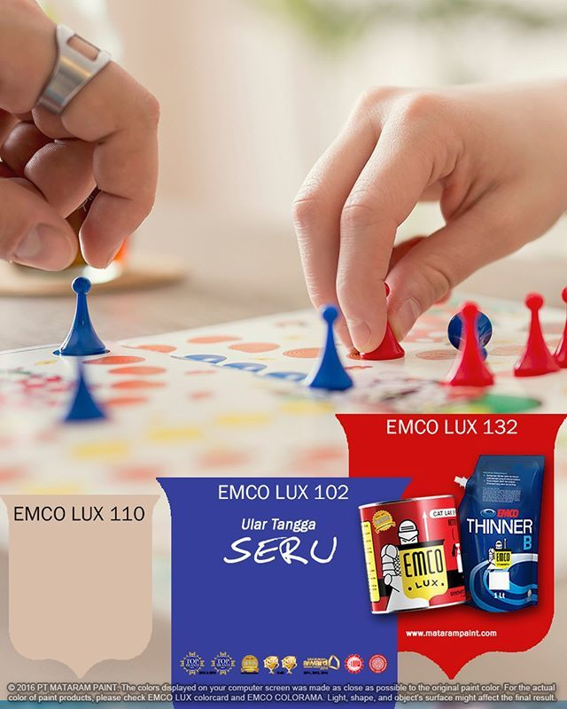Ular Tangga Seru  Kawan EMCO, jika cangkir kopi atau buku favorit bukan lagi hiasan meja yang indah, singkirkan dua barang itu. Mulai saat ini meja itu akan jadi Meja Ular Tangga. Kamu kelak akan menghiasnya dengan pion dan dadu.  Peralatan: Meja kayu, kuas ukuran kecil, board marker, drawing pen 0,5 mm, penggaris, EMCO LUX 102, EMCO LUX 132, dan EMCO LUX 110, cairan pelitur  Langkah-langkahnya: 1. Siapkan sebuah meja kayu yang memiliki permukaan datar. Bersihkan permukaan itu dari debu. 2…