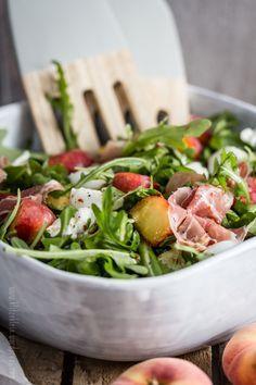 Salat mit Weinbergpfirsischen, Rauke und Büffelmozzarella