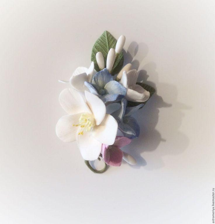 Купить Брошь Бутоньерка голубая гортензия с белыми цветами из полимерной глин - комбинированный, розовый