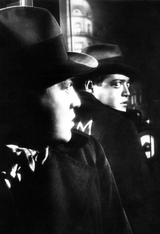 Peter Lorre M le maudit de Fritz Lang .1930, en Allemagne. Un homme aborde les petites filles et les assassine. Mais les méfaits de ce malade inquiètent les activités de la pègre qui se sent menacée par un nouvel harcèlement policier. Au cours d'un conseil secret, il est décidé que tous les hommes des bas-fonds se lancent à la recherche de ce criminel pas comme les autres pour le mettre hors d'état de nuire...