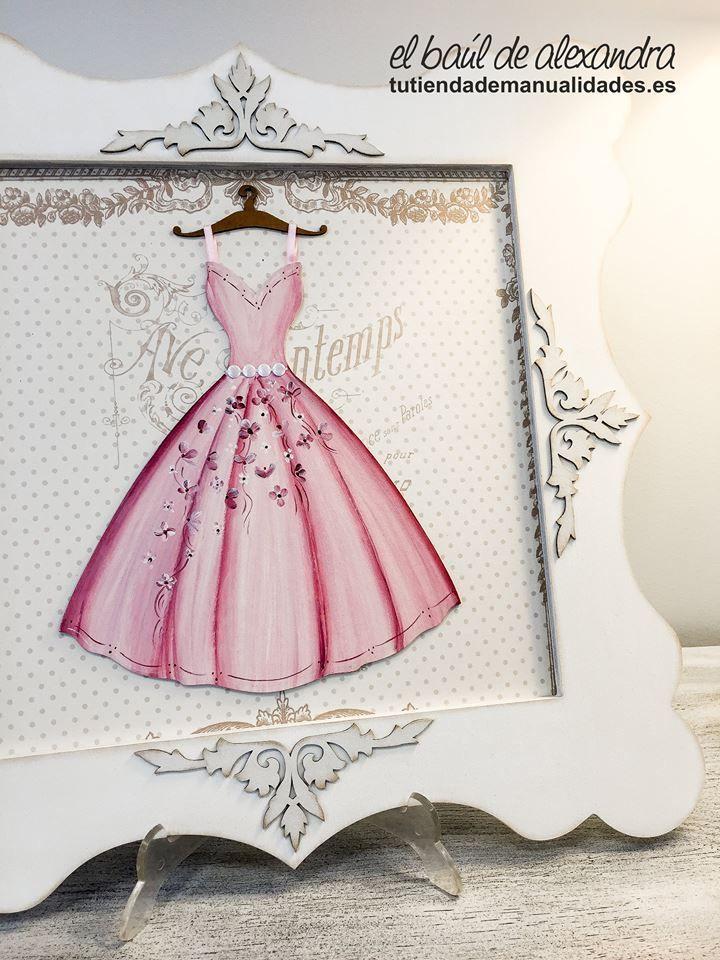 Cuadro con silueta de vestido realizado con pintura, papel, gesso. Todo de la firma Dayka Trade.