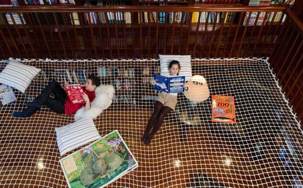 もしも今、自分が小さな子どもで、こんな遊び場があったとしたら…。 キッズ用の遊び場やプロダクトのデザインを手掛けるクリエイティブ・カンパニー「PLAY OFFICE(プレイオフィス)」が製作した「READING NET(リーディング・ネット)」は、子どもたちのための読書&お昼寝スペース。 製作者たちは、図書館
