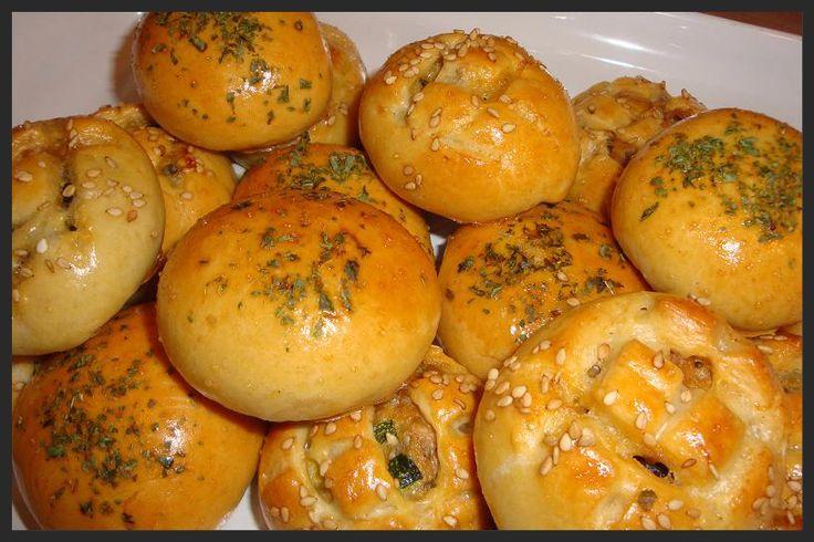 Deze broodjes maak ik met hetzelfde deeg als de zachte gehaktbroodjes. Het deeg is makkelijk te bewerken en de broodjes worden heerlijk z...
