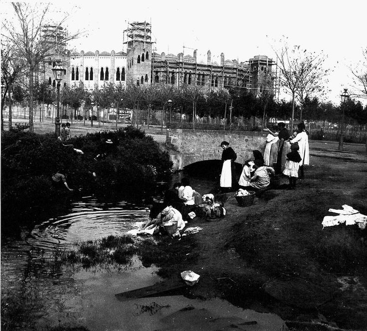 Insólita imagen de Lavanderas al lado de la construcción de La Monumental 1890 [LA BARCELONA D'ABANS, D'AVUI I DE SEMPRE...]