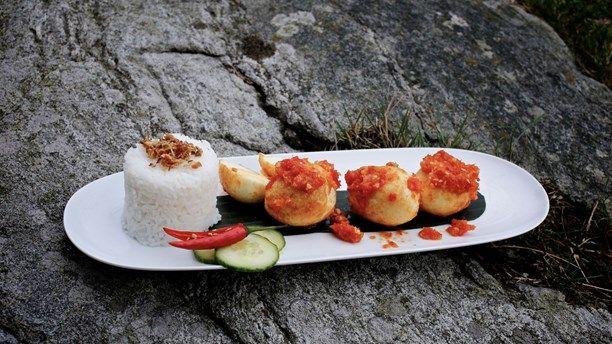 Lanny Leifsson lagade indonesisk mat i Meny i P1. Här har ni friterat ägg med sambal. Foto: Tomas Tengby/Meny i P1