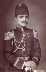 Enver Pacha fut l'homme fort de l'Empire Ottoman à la veille de sa disparition. Champion du panturquisme et des idéaux jeune-turcs, il est aussi l'un des responsables du génocide arménien.