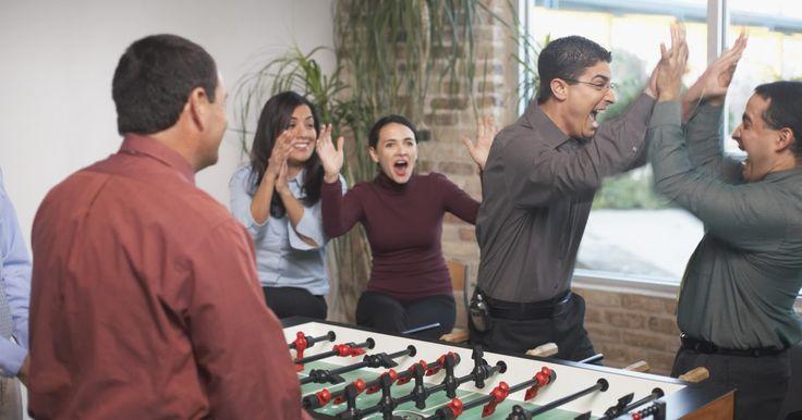 Juegos para hablar con las personas. Los juegos para hablar con las personas por lo general se llaman juegos sociales o para romper el hielo. Ayudan a las personas a conocerse, especialmente a extraños que se conocen por primera vez en un evento. Los juegos para hablar por lo general hacen que compartan y cuenten historias de una manera divertida y relajada. Al colocar la carga de ...