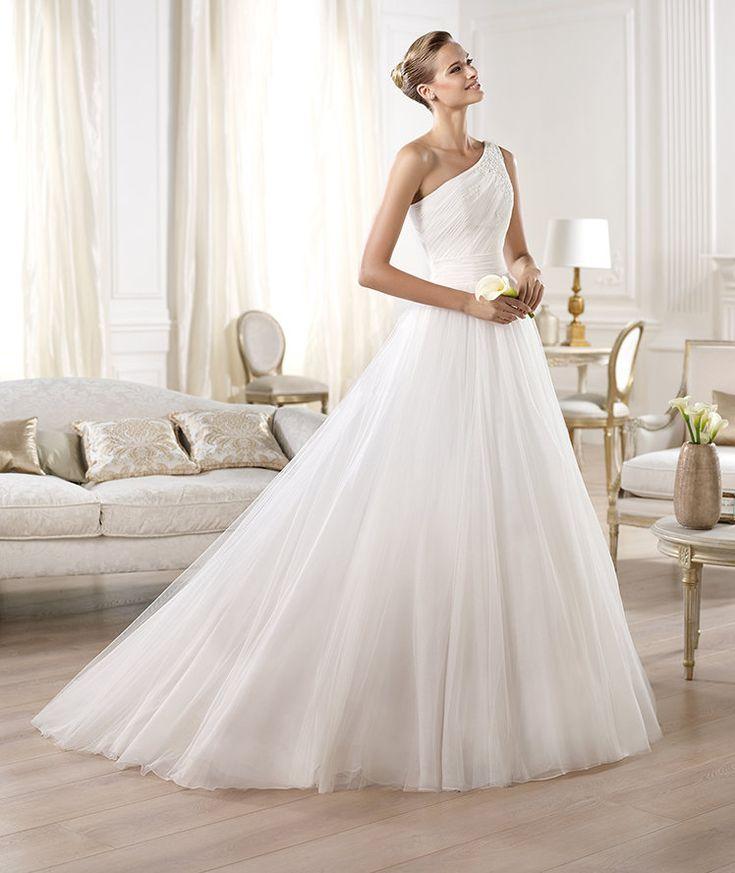 Pronovias presents the Omagua wedding dress. Glamour 2014. | Pronovias