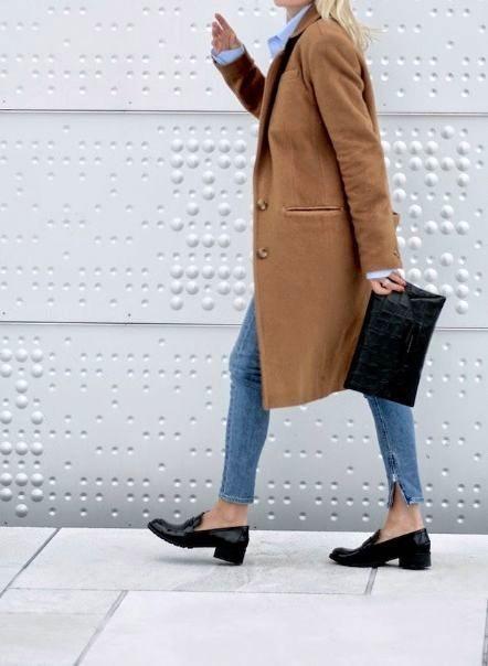 Olá pessoal, todos os dias eu me inspiro e pesquiso muito sobre o estilo minimalista, e um sapato que SEMPRE aparece é o mocassim. Muita gente pode torcer o nariz, mas não adianta, ele é clássico, …