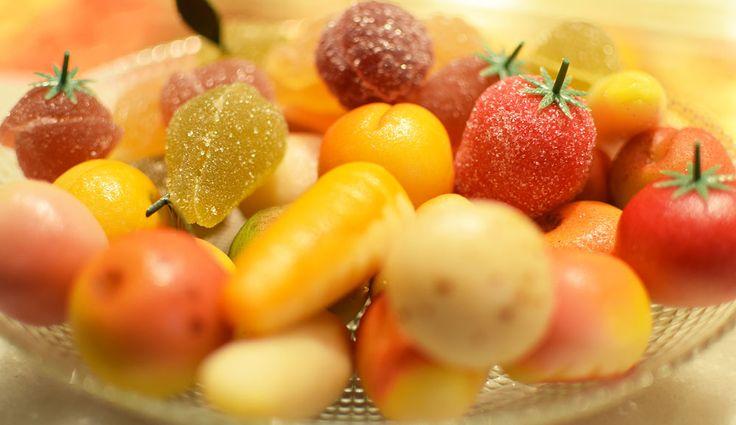Mazapán con forma de fruta y fruta escarchada dan color. Fechas especiales que disfrutamos.