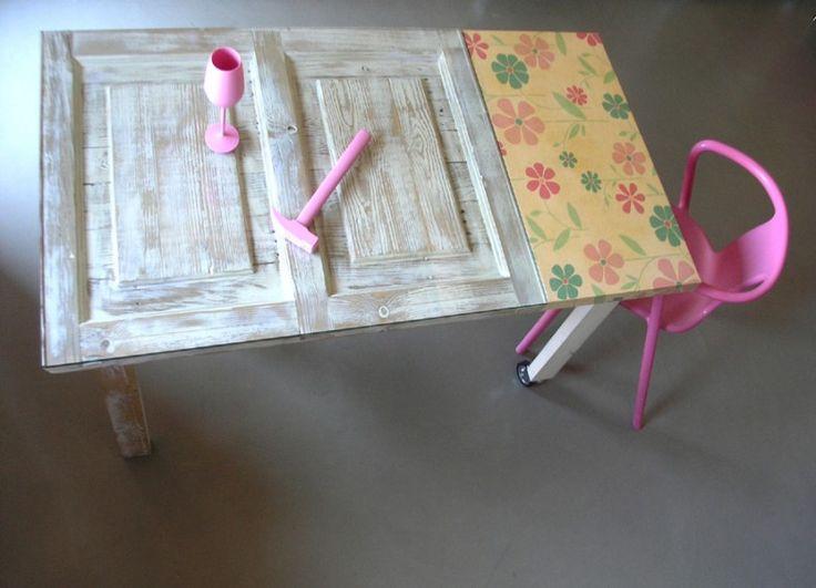 """Formabilio - """"flavour"""" è un tavolo allungabile su ruote, realizzato con tavole di pallets smontate, piallate e ricomposte a proporre l'immagine di una porta. Il piano di lavoro è protetto da una lastra di vetro temperato. il piano estraibile con guide su cuscinetti è rivestito di tessuto impermeabile con disegno floreale"""