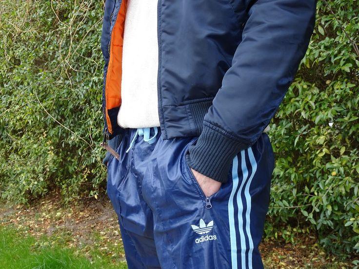 Geil auf Bomberjacken und Adidas Glanzshorts : Photo