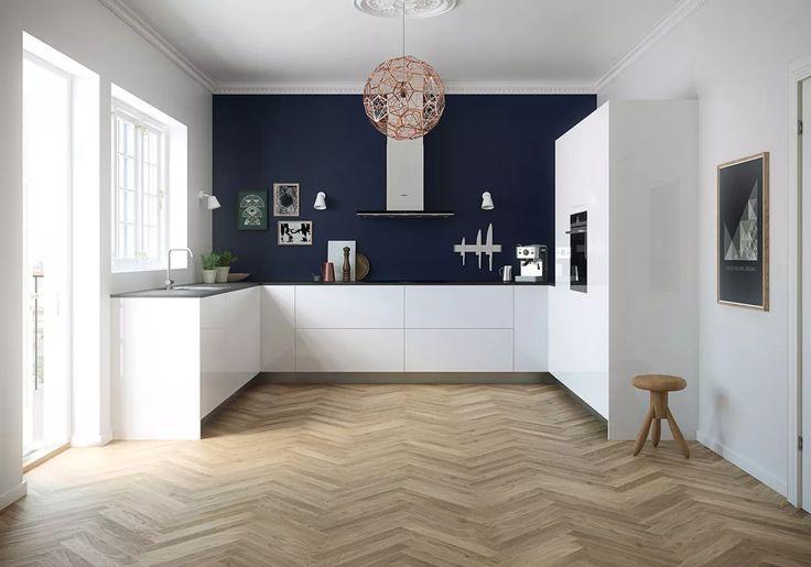 Cucina moderna bianca, stile scandinavo con pavimenti in legno - Colore parete blu scuro - Idea progetto ristrutturazione cucina