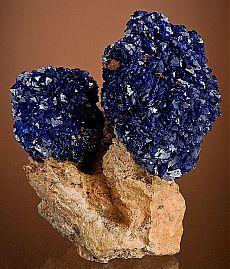 Эстетические образцы из двух кристаллических шаров азурита, сидя на вершине матрицы глины. С горы Ла Саль, округ Сан-Хуан, штат Юта.