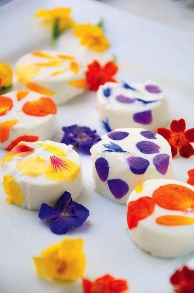 Pyszne kwiaty  Fot. Małgorzata Kalemba-Dróżdż  Przepis: http://www.werandacountry.pl/lubie-gotowac/16993-pyszne-kwiaty #kwiaty #jadalne #jeść #nietypowe #oryginalny #ciekawy #oryginalne #przepisy #przepis #kulinarny #kwiatki #wege #weganizm #ciastka #kolorowe #love #płatki #róż #kwiatów #jedzenie #bezmięsa #kucharz #mistrz #popis #kulinarny #kuchnia #cukiernia #ciastka #cooking #best #masterchef #dessert #meal #eat #eating #fancy #healthy #recipes #kitchen #flowers #flower #rose #glamour…