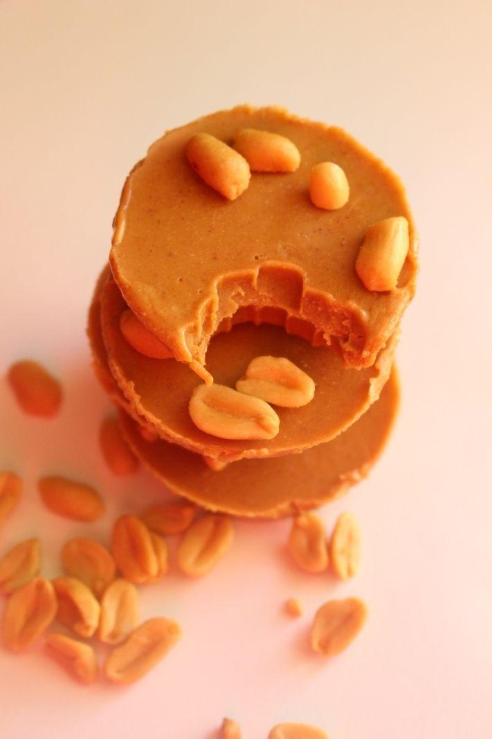 Denna fudgen är så himla enkel! Smälter kokosolja med jordnötssmör sen i med resterande, in i frysen några timmar done! O supergott! Jag valde att söta min fudge med lite agavesirap ungefär 2 msk, det kan man ju justera som man vill. JORDNÖTSFUDGE 1 dl jordnötssmör ( eller mandelsmör, hasselnötssmör) 0,5 dl kokosolja 1 tsk [...]