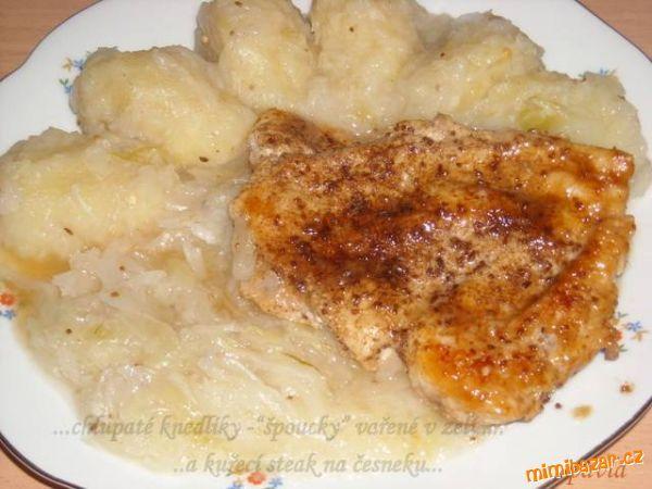 Bramborové chlupaté knedlíky (špoucky) vařené v zelí a kuřecí steak - rychlovka