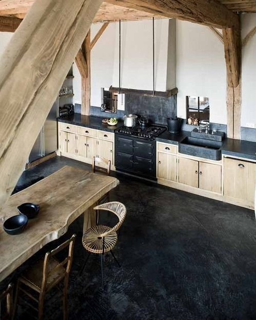 estrich als bodenbelag im schwarz für moderne küche mit küchenarbeitsplatte schwarz und massivholzesstisch