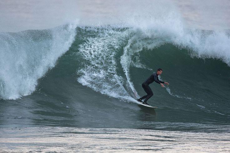 Surfando nas grandes ondas do inverno em Morro Bay, Califórnia, USA.  Fotografia: Michael L. Baird.