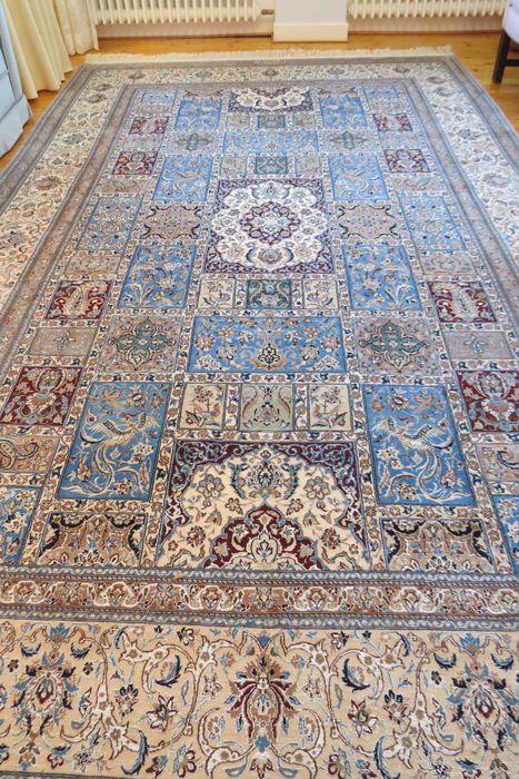 """Authentiek Naïn tapijt met handtekening meesterstof van voor 1960 wol en zijde zeer fraai  Het is een Nane tapijt met een centraal Perzische stijl en een ongewoon patroon.Handtekening van de workship """"Derakhschesch"""" (lt. Wolfgang Matschek Dorotheum GmbH Wenen). Van voor 1960 als een trouwcadeau. Natuurlijke kleur Verkoper Maat: 371 x 221 cm gemeten zonder de franjes. Een kant heeft gedraaide franjes de andere normale origineel en onbesneden. De fijn wollen pool is ongeveer 07 cm hoog. Door…"""
