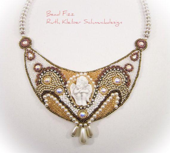 Perlenstickerei Halskette Engel Weiß und Gold Kette von BeadFizz