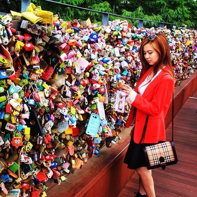Tens of thousands of love locks can be found hanging from fences all around the world as testaments to a couples love!  Thanks @travelwithjill for the colourful pic! #travelnewhorizons #travel #love #locks