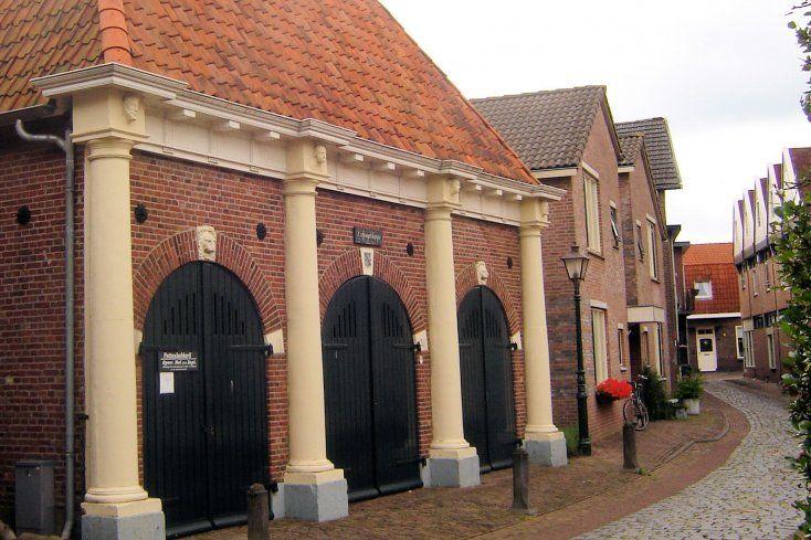 Via een smal bruggetje bereikt u de Korte Wal, waar zich een gebouwtje uit 1911 bevindt, dat als het ware op vier zandstenen Dorische pilaren met portretkoppen rust: 't Spuythuys genoemd. Dit voormalige brandspuitenhuisje is indertijd met onder andere de pilaren van het vroegere gemeentehuis, dat in 1508 pal naast de hervormde kerk op het Muraltplein werd gebouwd en in 1842 werd afgebroken. Nu wordt het gebruikt voor expositiedoeleinden en biedt ruimte aan pottenbakker Job Heykamp.