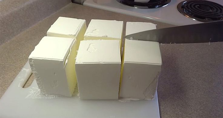 Elle commence par couper sa crème glacée en cube et la suite vous donnera envie de l'essayer!