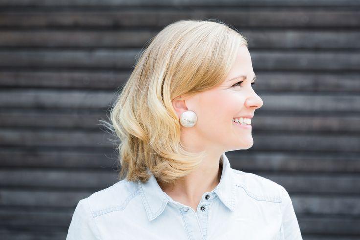 Ékszer hallókészülék tervezője Sandra Coym, aki éppen a legújabb klipszet viseli