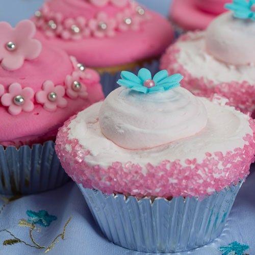 In dit recept leggen we je uitgebreid uit hoe je deze cotton candy cupcakes kunt maken. Maak de basis met de FunCakes mix voor cupcakes. Daarna maak je de botercrème, hier voeg je de cotton candy smaakstof aan toe. Smeer je cupcakes in met de botercrème en versier ze naar keuze met fondant bloemetjes of gekleurde suiker.