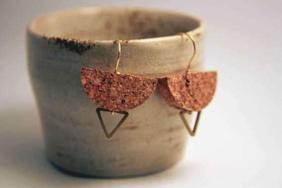 Geometric jewellery. Cork and triangle. Guarda questo articolo nel mio negozio Etsy https://www.etsy.com/it/listing/516666521/orecchini-boho-chic-fatti-a-mano-con