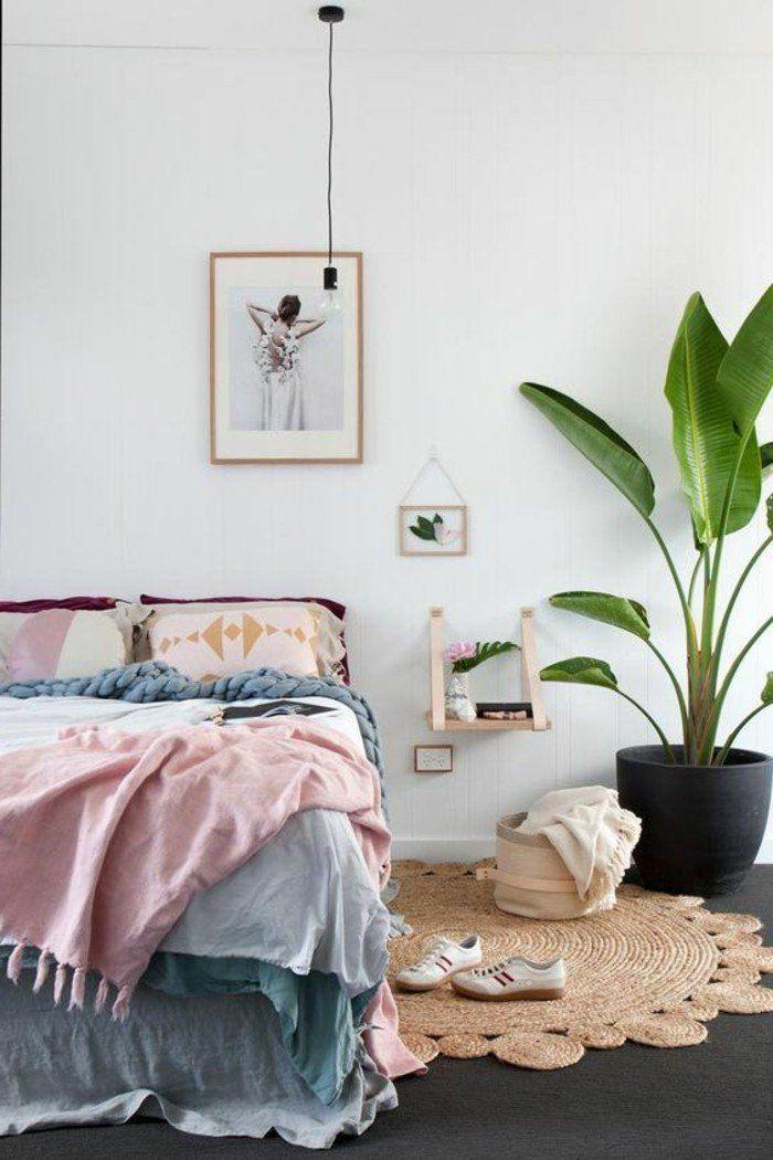 chambre à coucher design chic, couleurs pastel, tapis en rotin, grande plante d intérieur vert