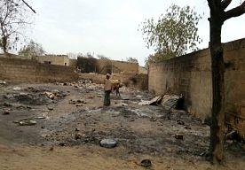 22-Apr-2013 10:32 - MINSTENS 185 DODEN BIJ NIEUW SEKTARISCH GEWELD NIGERIA. Ten minste 185 mensen zijn omgekomen bij gevechten tussen militairen en moslimextremisten in een vissersdorpje in het noordoosten van Nigeria. Autoriteiten meldden vannacht volgens persbureau AP dat opstandelingen en militairen elkaar vrijdag met granaten en machinegeweren bevochten midden tussen de burgers.