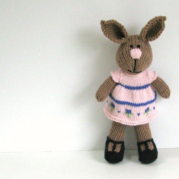 Ich bin das perfekte Hase gestrickte Spielzeug! Ich liebe Karotten und Gelee Bohnen! :-)  Ich bin völlig von Cotuit Bay Knitter handgefertigt. Jeder Teil von mir ist gestrickt, zusammengenäht und gestopft von ihr. Sie liebt es, mein Gesicht durch Sticken sie mit Garn zu erstellen. Mein Lächeln machen sie große oder kleine. Sie wählen!  Ich habe keine Schaltflächen oder Verbindungselemente. Mein Kleid und Höschen sind abnehmbar, aber meine Schuhe und Socken sind nicht.  Mein Körper ist aus…