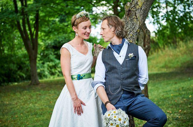 Brautkleid kurz, mit V-Ausschnitt (Foto: Gabriele Paar)