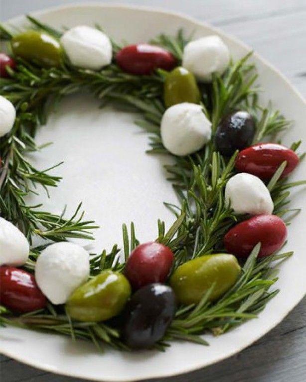 Leuke manier om olijven te presenteren op een feest of bezoek...     Een krans maken van rozemarijn en versieren met olijven en feta kaas...