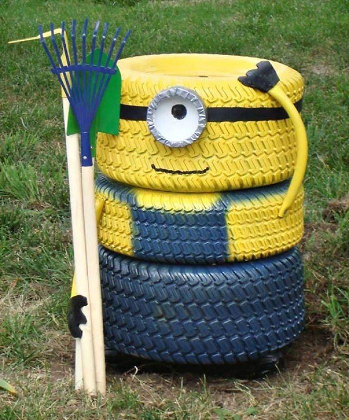 Oh mais que vois-je, un Minion ! Voilà quelqu'un qui ne manque pas d'idée pour rendre son jardin plus ludique #recyclage #pneu