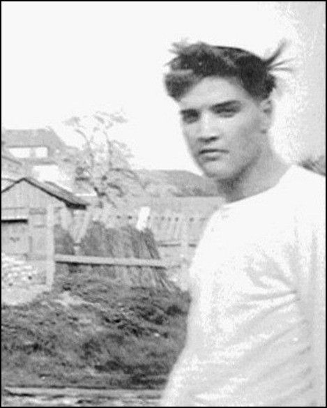 """ladiesandgentlementheking: """" memphisking: """" Elvis as a teenager, with two neighbors. Still a growing boy, but already confident - look at his body language. """" Already looking beautiful."""""""