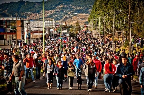 El Gobierno chileno anunció hoy un paquete de medidas en beneficio de la austral región de Aysén, cuyos habitantes llevan más de un mes movilizados en protesta por el aislamiento de la zona, en medio de enfrentamientos con la policía. Ver más en: http://www.elpopular.com.ec/47605-egion-de-aysen-cuyos-habitantes-llevan-mas-de-un-mes-movilizados-en-protesta-por-el-aislamiento-de-la-zona-en-medio-de-enfrentamientos-con-la-policia.html?preview=true