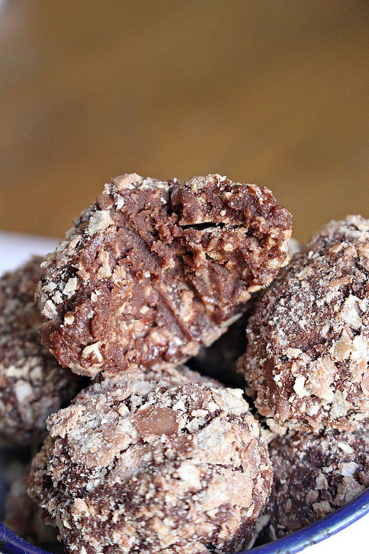 [ Kexchokladtryffel ] 150 g mörk choklad / 1 dl vispgrädde / 2 msk smör / 1½ paket kexchoklad, krossad | { Instruktioner } Koka upp grädden. Ta från plattan, tillsätt choklad + smör. Låt tryffeln svalna helt. Vänd ner 1 kexchoklad, rör runt. Frys minst 2 tim. Rulla bollar, rulla i ½ krossad kexchoklad.