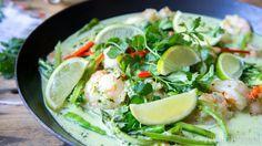 Dol op Thaise gerechten? Maak dan eens deze Thaise groene curry met garnalen. Serveer met geurige jasmijnrijst en het feesten compleet.