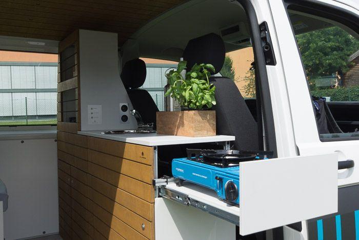 Campingbus Innenausbau zum WohnmobilDas Komplettpaket beinhaltet: Bett mit Zusatzausstattung Ausziehtisch* Klapptisch Frontklappe mit Stauraum 2 Schränke mit Zusatzausstattung Regalaufsatz mit indirekter LED-Beleuchtung (Empfehlung bei VW Transporter ohne Seitenscheiben) Waschbecken mit Wasserversorgung Auszug mit Gaskocher (Kartusche) 2 Schubladen Decke / Himmel mit LED-Beleuchtung (4 LED-Spots) Wandverkleidung aus HDF in weiß Bodenbelag als Teppichboden oder PVC-Boden in